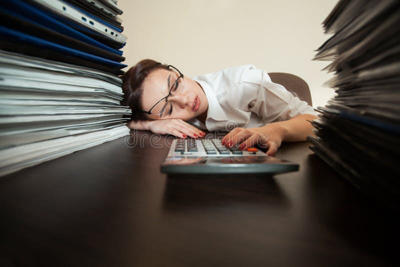 簿记员睡着反对大堆文件 库存照片
