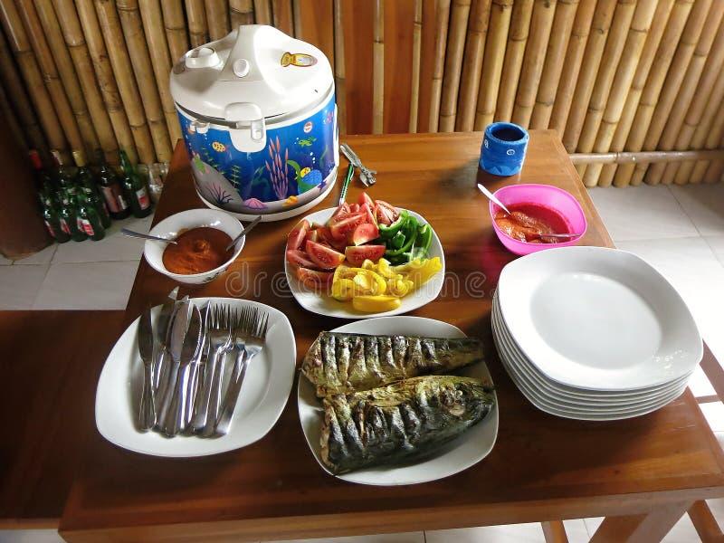 米、鱼,菜和sambal 最共同的膳食在印度尼西亚 免版税库存图片