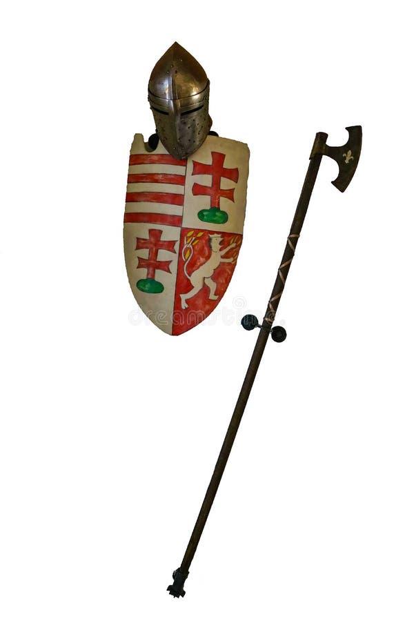 米什科尔茨,匈牙利,2019年5月20日:金属盔甲,盾,在白色背景的战斧,孤立 免版税库存图片