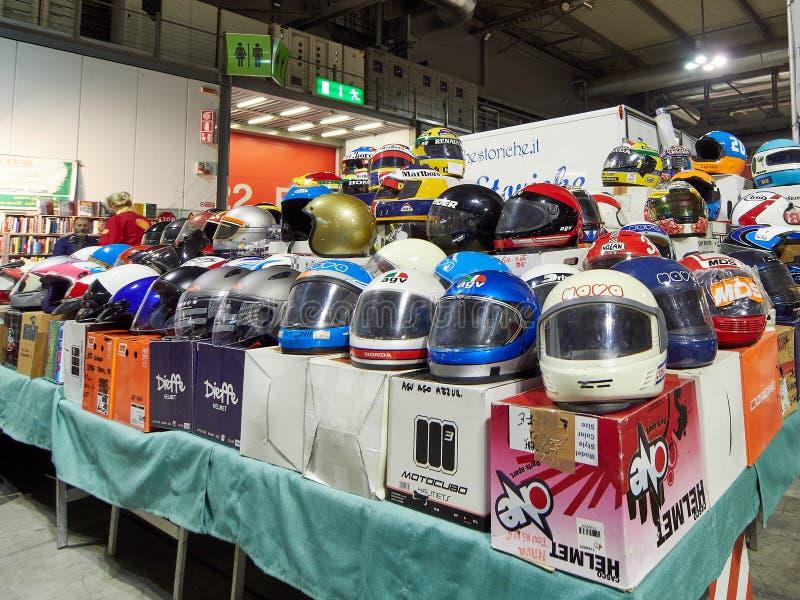 米兰、伦巴第意大利- 2018年11月23日-卖摩托车或自行车盔甲的立场在Autoclassica米兰2018年编辑 免版税库存照片