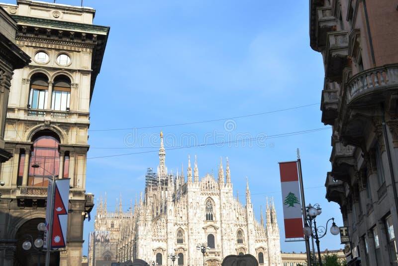 米兰中央寺院从用商展的米兰旗子装饰的古老Mercanti广场的2015年 免版税库存照片