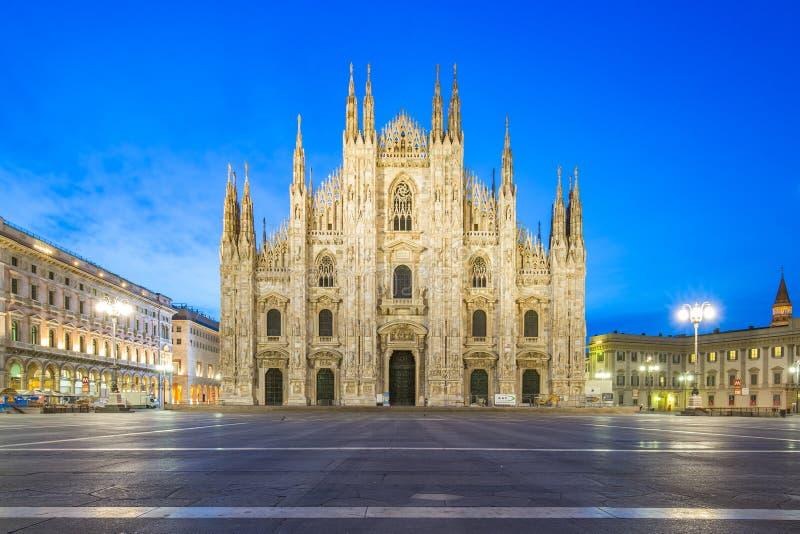米兰中央寺院在晚上在米兰,米兰,意大利 免版税图库摄影