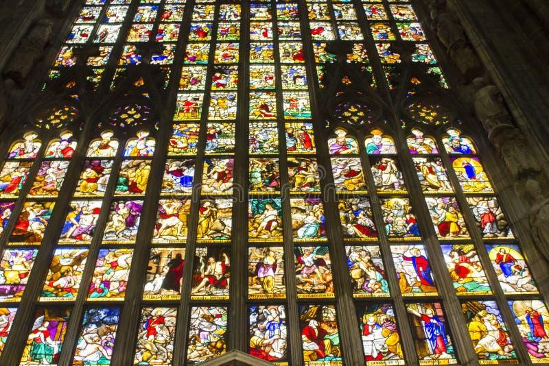 米兰中央寺院大教堂巨型五颜六色的窗口  免版税库存照片