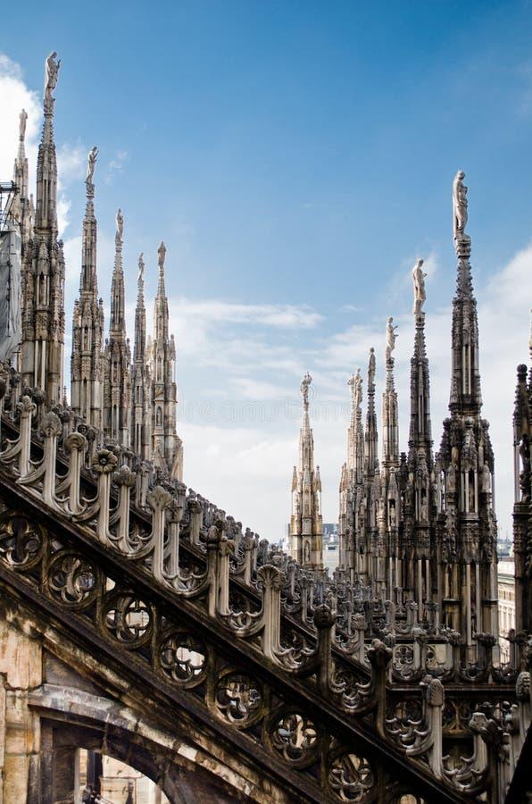 米兰中央寺院雕象行 免版税图库摄影