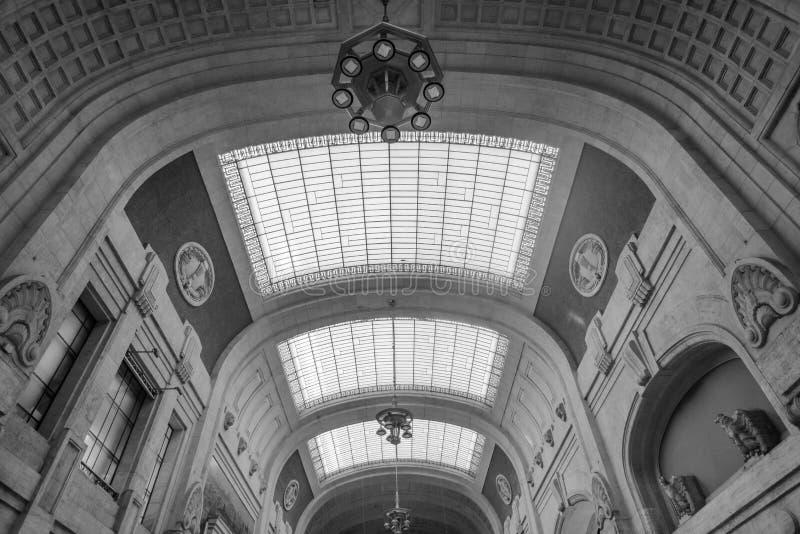 米兰中央火车站的天花板 免版税库存照片