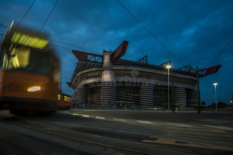 米兰圣西路球场体育场在与多云天空和电车的晚上 免版税库存照片
