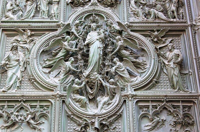 米兰大教堂的古铜色门,意大利 免版税库存图片
