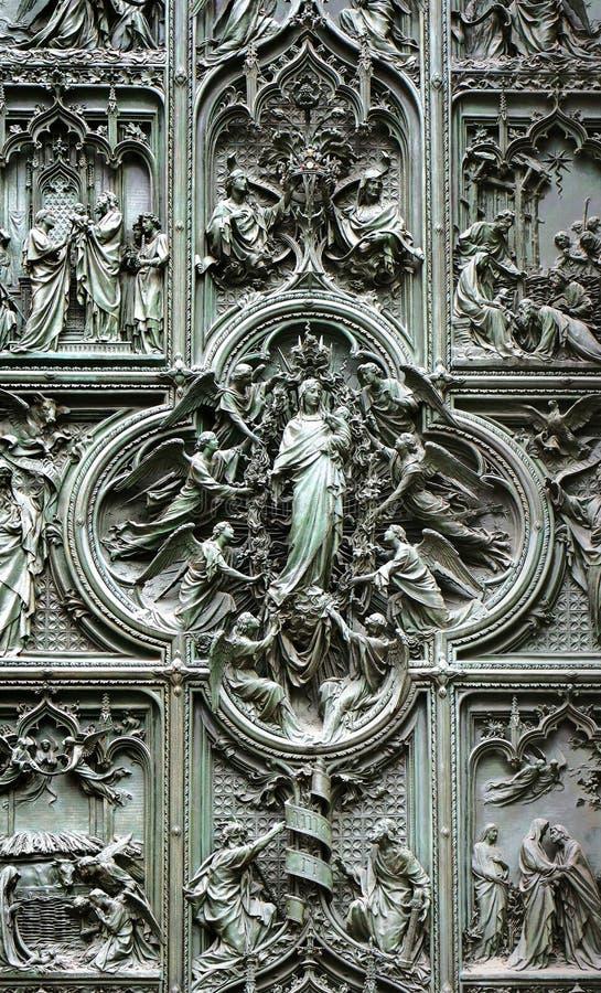 米兰大教堂,意大利的古铜色门 库存图片
