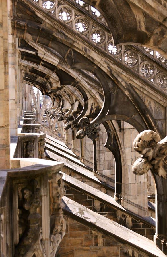 米兰大教堂(中央寺院二米兰)曲拱和雕象细节 免版税库存照片