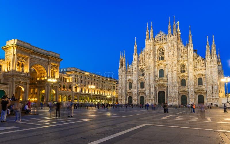 米兰大教堂(中央寺院二米兰),维托里奥Emanuele II画廊和广场del Duomo夜视图在米兰 库存图片