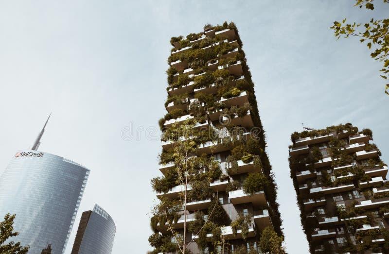 米兰意大利- 2018年7月-垂直的绿色大厦米兰和unicredit塔-财务经济中心 免版税图库摄影