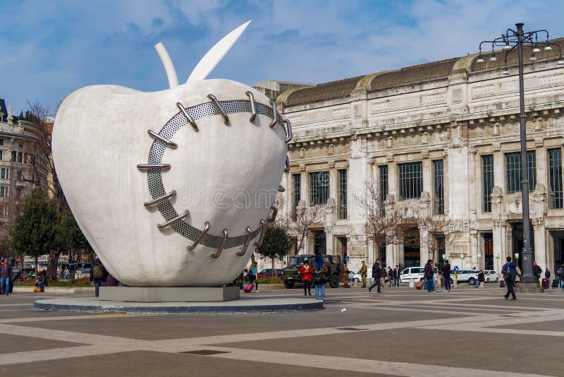 米兰,意大利再重新完整的苹果计算机雕塑米开朗基罗Pistoletto 库存图片