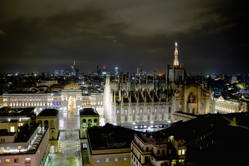 米兰,意大利- 08 31 2018年:中央寺院二米兰-圆顶场所维托里奥Emanuele,鸟瞰图-夜 库存照片