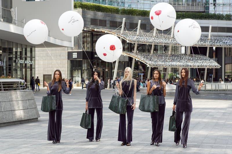 米兰,意大利- 2017年9月22日:在米兰妇女期间,时兴的模型在街道上摆在时装表演大厦 库存照片