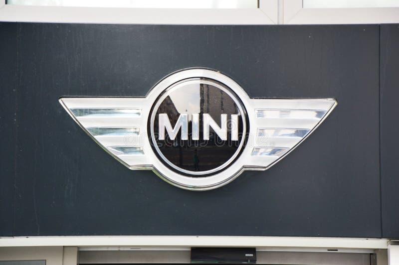 米兰,意大利- 2017年9月7日:微型木桶匠商标在BMW售车行中在米兰,意大利 免版税图库摄影