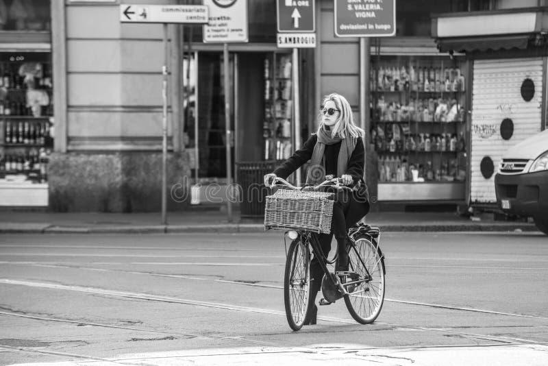 米兰,意大利- 2016年3月23日:时尚打扮的女性乘坐 免版税图库摄影