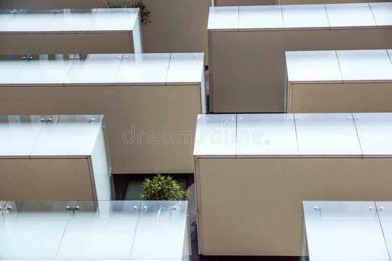 米兰,意大利- 2015年6月9日:有生长在阳台的树的摩天大楼垂直的森林,建造为商展2015年 查寻 库存照片