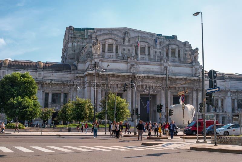 米兰,意大利- 2018年5月10日:米兰中央驻地-在驻地前面的Stazione Centrale-和正方形 人们 库存图片