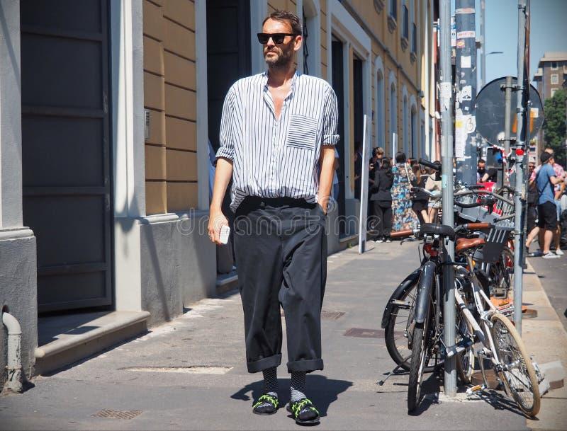 米兰,意大利- 2018年6月18日:走在街道的时兴的人在阿尔托时装表演以后,在米兰时尚星期人和wom期间 图库摄影