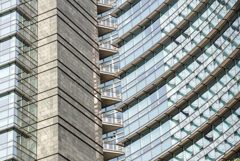 米兰,意大利2019年5月4日 :摘要现代玻璃财政摩天大楼建筑学细节 蓝色摩天大楼门面 库存图片