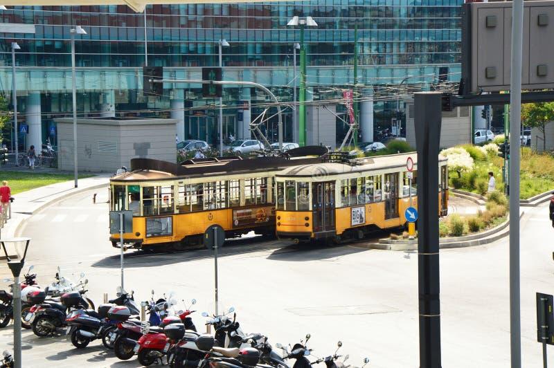 米兰,意大利- 2017年7月19日:在米兰街道,从自动扶梯的看法的葡萄酒黄色电车在新的波尔塔Nuova区,米兰,它 库存图片