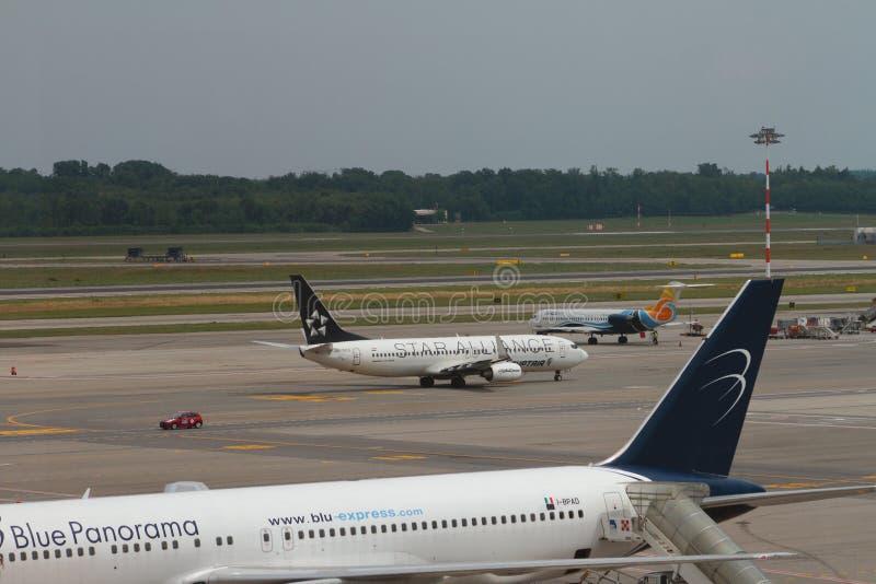 米兰,意大利- 2017年7月09日:飞机在国际机场 免版税库存图片