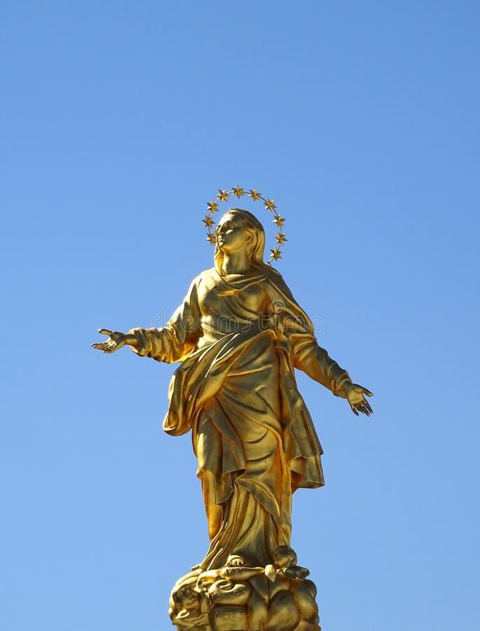 米兰,意大利 金黄玛丹娜雕象  免版税库存照片
