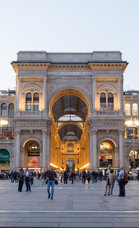 米兰,维托里奥Emanuele II画廊在晚上 免版税库存照片