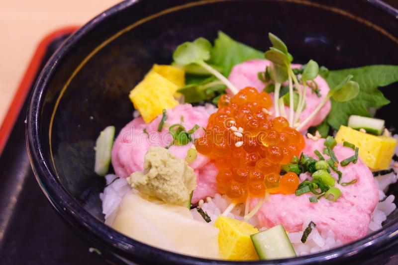 米和切好的金枪鱼在日本料理店 免版税库存图片