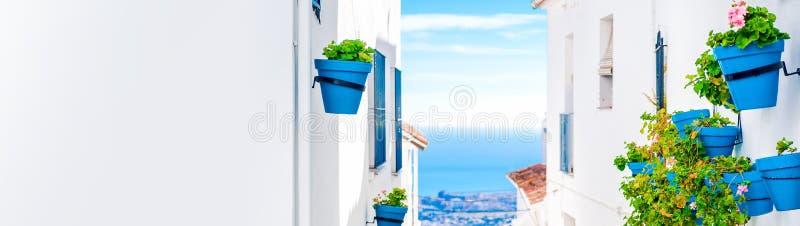 米哈斯美丽如画的街道有花盆的在门面 库存图片