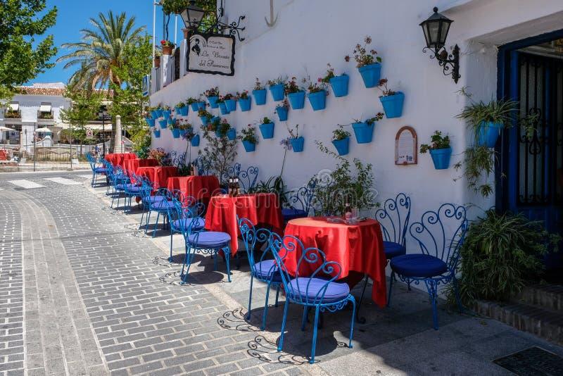 米哈斯, ANDALUCIA/SPAIN - 7月3日:典型的街道咖啡馆在米哈斯 免版税库存照片