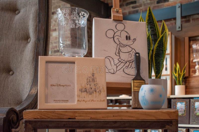 米基、植物和刷子手图画在迪斯尼春天在布埃纳文图拉湖 库存图片