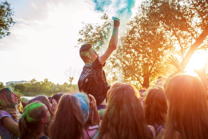 米尔哥罗德,乌克兰- 2019年6月16日:投掷在印度人颜色侯丽节节日的小组年轻人的油漆  免版税库存照片