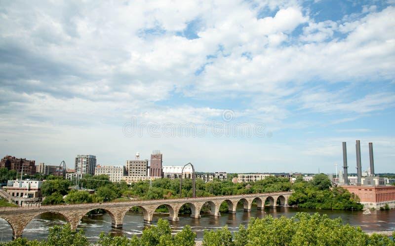 米尼亚波尼斯在密西西比河的石头桥梁 图库摄影