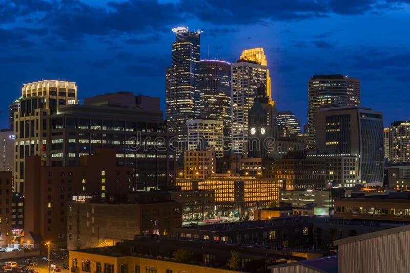 米尼亚波尼斯街市地平线在晚上,明尼苏达,美国 免版税库存照片