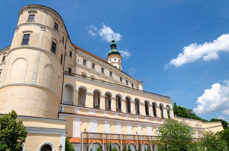 米库洛夫城堡和城堡边景 免版税库存照片