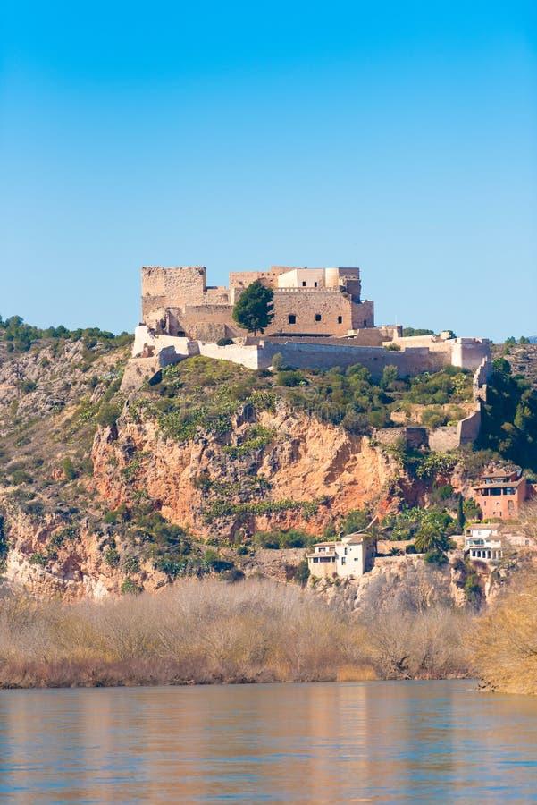 米拉韦,塔拉贡纳, Catalunya,西班牙城堡的看法  垂直 复制文本的空间 图库摄影