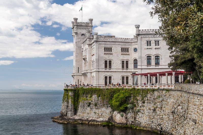 米拉马雷城堡城堡的看法在的里雅斯特,弗留利威尼斯湾朱莉娅,意大利海湾的  免版税图库摄影