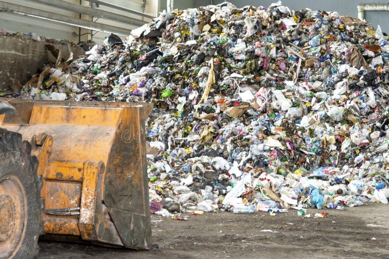 米斯克、白俄罗斯- 6月6日,2019堆塑料瓶,纸和聚乙烯在一棵回收废物植物在排序前 库存照片