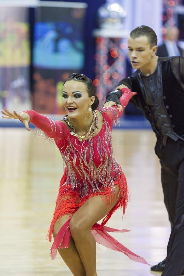 米斯克白俄罗斯, 10月4,2014 :未认出的专业舞蹈夫妇执行世界开放米斯克20的成人拉丁美洲的节目 库存图片