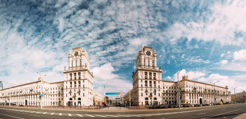 米斯克,比拉罗斯 象征米斯克的门两个大厦塔 免版税库存照片