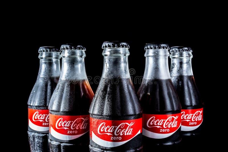 """米斯克,白俄罗斯†""""2016年10月9日:在黑背景可口可乐隔绝的瓶 库存图片"""