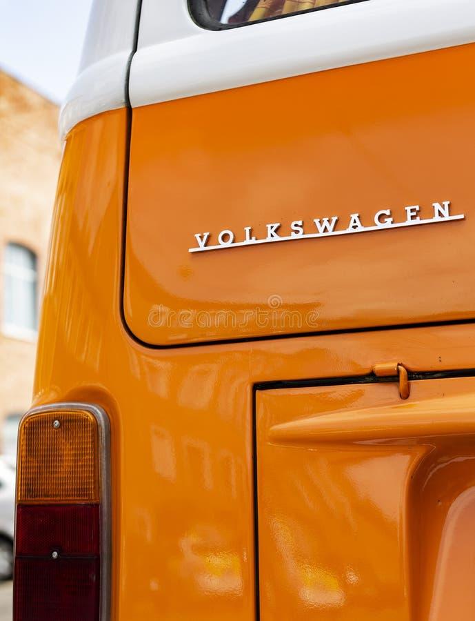 米斯克,白俄罗斯, 2018年8月14日-橙色大众第二类型VW T2商标在街道上停放了,叫作运输者 免版税图库摄影