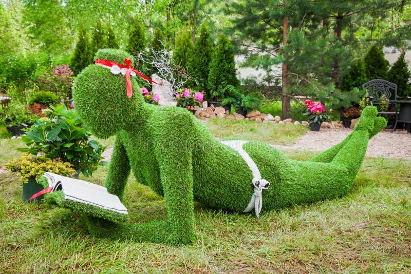 米斯克,白俄罗斯, 23 5月2015 :从草-妇女的庭院雕塑 免版税图库摄影