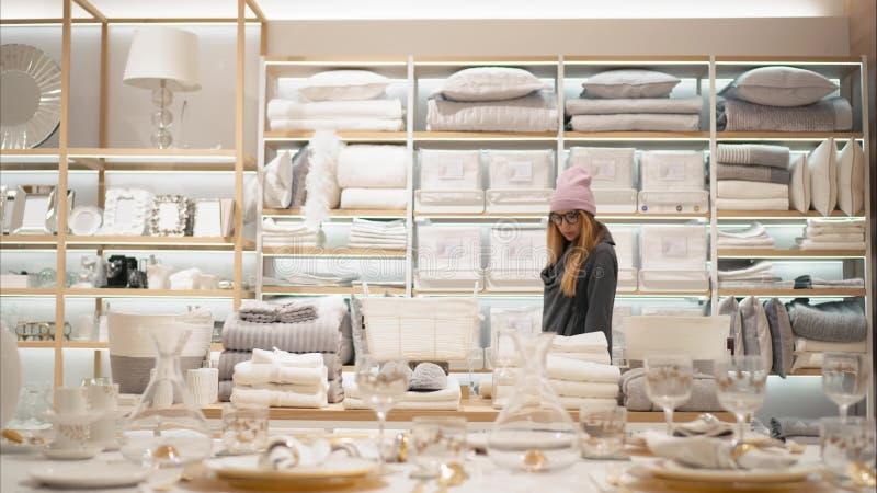 米斯克,白俄罗斯-双十国庆, 2017年 里面扎拉家庭零售店在米斯克 时尚玻璃的一位年轻行家女性 免版税库存图片