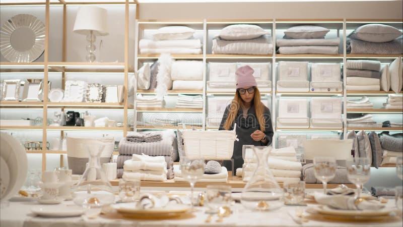 米斯克,白俄罗斯-双十国庆, 2017年 里面扎拉家庭零售店在米斯克 时尚玻璃的一位年轻行家女性 库存照片