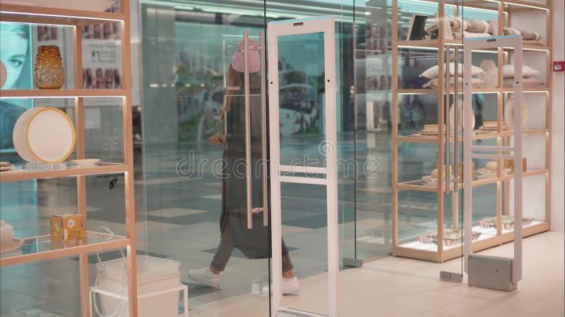 米斯克,白俄罗斯-双十国庆, 2017年 里面扎拉家庭零售店在米斯克 时尚玻璃的一位年轻行家女性 免版税库存照片