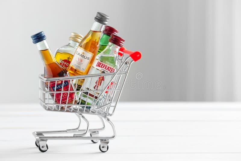 米斯克,白俄罗斯- 2018年1月16日:充分购物车小酒精瓶 库存照片