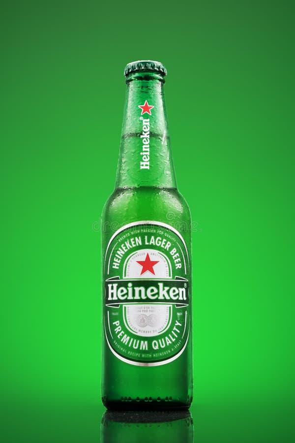 米斯克,白俄罗斯- 2019年3月26日:冷的瓶海涅肯在绿色背景的储藏啤酒 海涅肯是旗舰 图库摄影