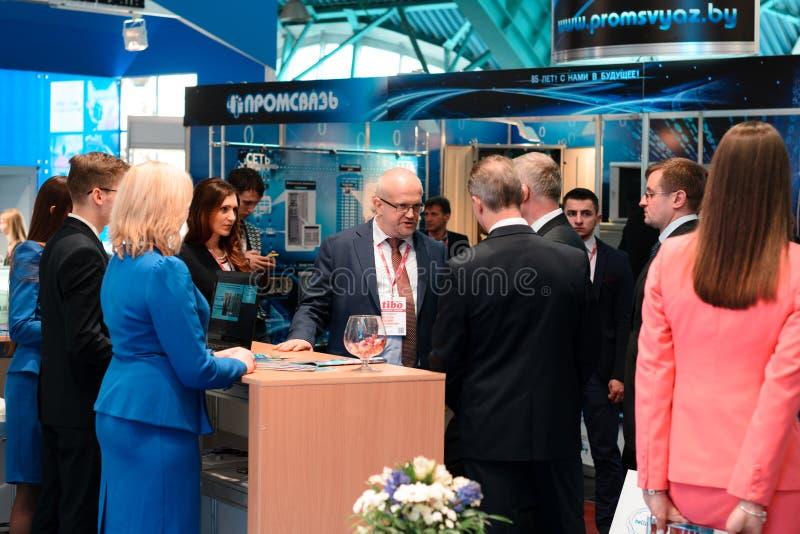 米斯克,白俄罗斯- 2017年4月18日:访客和参展者TIBO-2017的第24个国际性组织专门了研究论坛关于Telecommunicatio 库存照片
